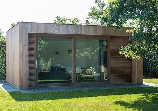 Houten bijgebouw modern houten bijgebouw strak houten for Bijgebouw tuin